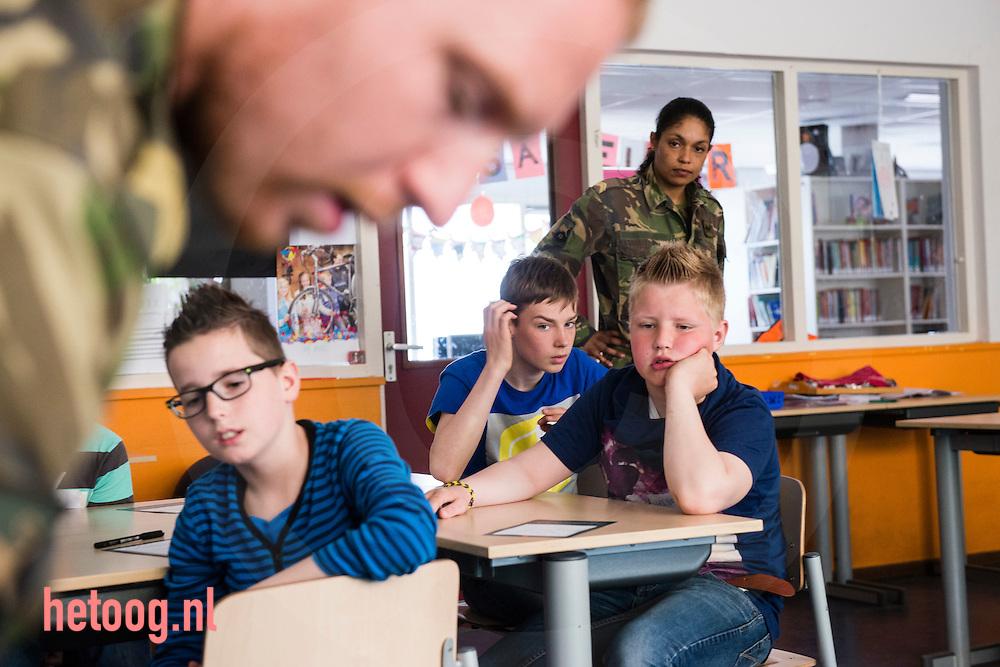 Nederland,  22 april2014 buurtschap Stokkum gemeente Markelo - in het kader van 200 jaar koninklijke landmacht bezoekt defensie de bovenbouw van het lager onderwijs om meer contact te maken met de samenleving. Korporaal eerste klas Guido (achternaam geheim i.v.m. veiligheid) en sergeant Marbell van de 43-ste geneeskundige Comagnie uit Havelte brengen een bezoek aan groep 7/8 van de Openbare Basisschool Stokkum in het buurtschap Stokkum ( gemeente Markelo) foto: Cees Elzenga - HollandseHoogte