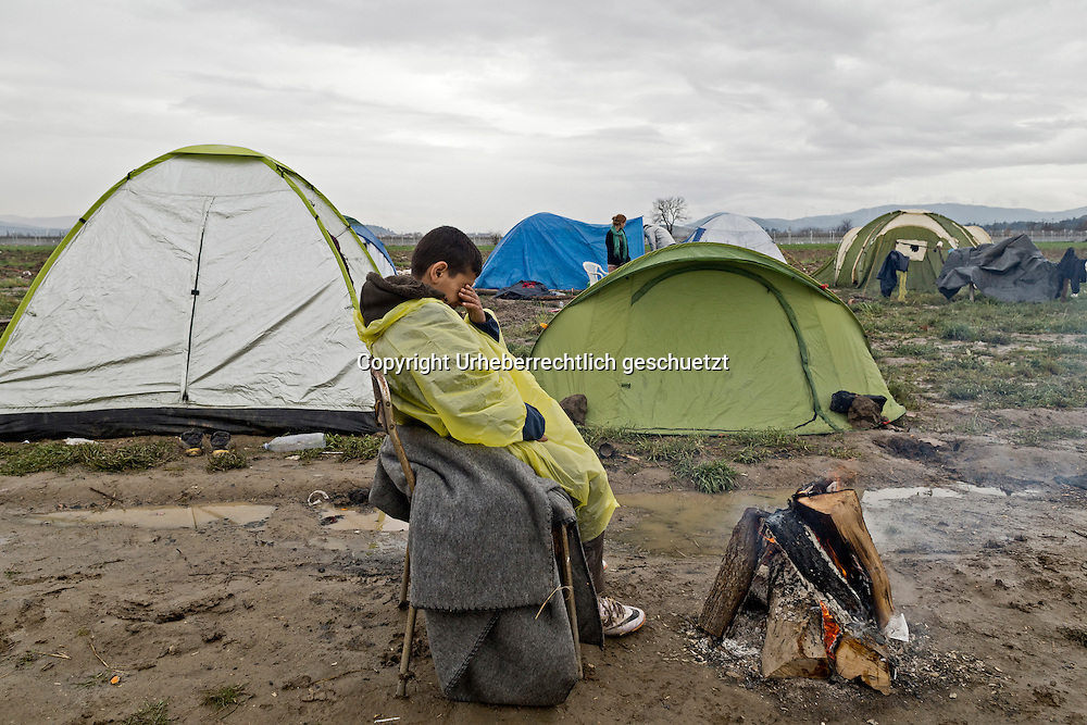 Greece, Idomeni, Refugees on their way to Europe,   Children in Idomeni<br /> <br /> Idomeni, is the eye of a needle for getting to nothern Europe. <br /> Child from Syria sitting at a open fireplace<br /> <br /> <br /> Nadeloehr nach Nordeuropa Idomeni, der Grenzuebergang ist seit Wochen gesperrt,. <br /> Regen und Kaelte machen vor allem den Familien mit kleinen Kindern zu schaffen. <br /> <br /> <br /> <br /> <br /> keine Veroeffentlichung unter 50 Euro*** Bitte auf moegliche weitere Vermerke achten***Maximale Online-Nutzungsdauer: 12 Monate !! <br /> <br /> for international use:<br /> Murat Tueremis<br /> C O M M E R Z  B A N K   A G , C o l o g n e ,  G e r m a n y<br /> IBAN: DE 04 370 800 40 033 99 679 00<br /> SWIFT-BIC: COBADEFFXXX