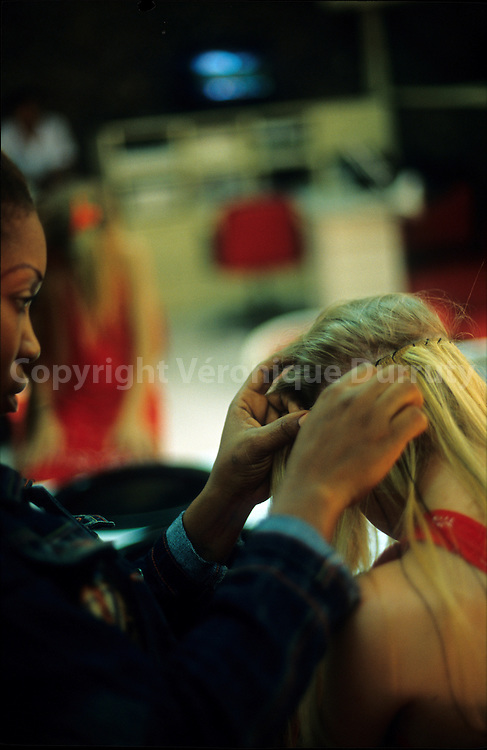 HAIRDRESSER MAKING HAIE EXTENSIONS ON A WESTERNER LITTLE GIRL, BRAZZAVILLE, CONGO