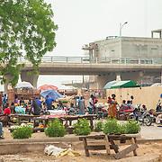 LÉGENDE: Les vendeuses sur les anciens étalages au marché de Ngueli. LIEU: Marché de Chagoua, N'Djaména, Tchad. PERSONNE(S): Les vendeuses du marché de Chagoua.