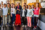 LEIDEN - Prinses Laurentien van de Missing Chapter Foundation en staatssecretaris Jetta Klijnsma (Sociale Zaken en Werkgelegenheid) bij de aftrap van de pilot van de gemeenten Leiden, Den Haag, Deventer, Groningen en Breda om een Raad van Kinderen aan te stellen. Deze Raden bestaan veelal uit bovenbouwleerlingen van basisscholen, die de gemeenten adviseren over allerhande thema's. ANP ROYAL IMAGES ROBIN UTRECHT