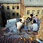 Germany - Deutschland, JUGEND, Youth, Squatter, .Berlin-Kreuzberg 1983  - Hausbesetzerszene.Hier: Kartenspielen auf dem Dach der O3, besetztes Haus in der Oranienstrasse....Berlin 20/03/83  ©  christian  JUNGEBLODT.