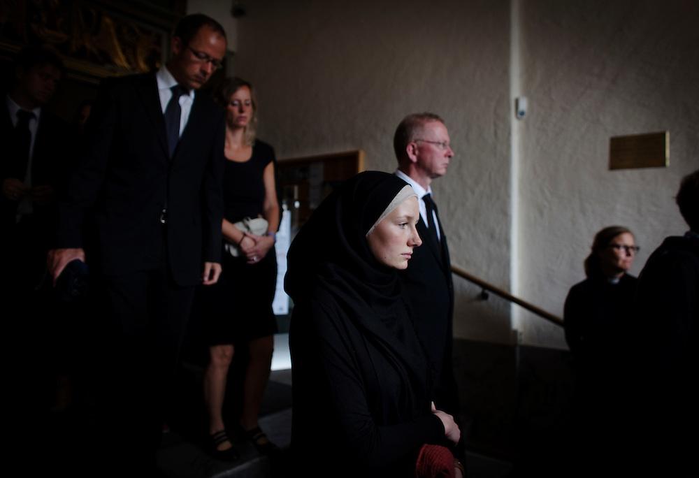 Ännu en stor sorgedag i Oslo. Idag hedrades alla offer, anhöriga och livet på en minnesgudstjänst i Oslos Domkyrka..Konvertiten Julie Knudsen lämnar domkyrkan, hennes bror befann sig på ön Utoya.