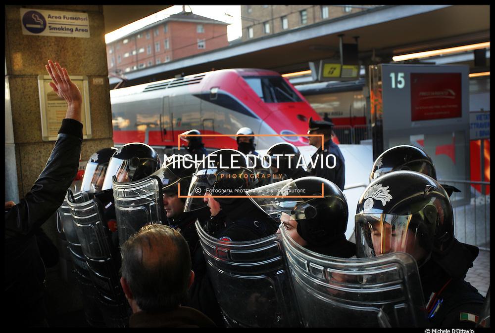 5 dicembre 2009 contestazioni NO TAV e pendolari nella stazione di Porta Nuova all'inaugurazione del Freccia Rossa Torino Milano protetta dalle forze dell'ordine