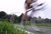 Zwei Rennradfahrer jagen mit hoher Geschwindigkeit beim Zeitfahren der Tour de Wendland dem Ziel entgegen