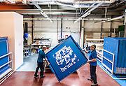 Lyon, Atelier Herm&egrave;s, Nell'atelier della fabbricazione dei quadri di stampa, gli artigiani applicano la speciale vernice blu fotosensibile e idrosolubile.<br /> making of the blue print tableau