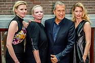 Mario Testino  , Karin Swerink ,  Lara Stone en Doutzen Kroes tijdens de presentatie van het jubileu
