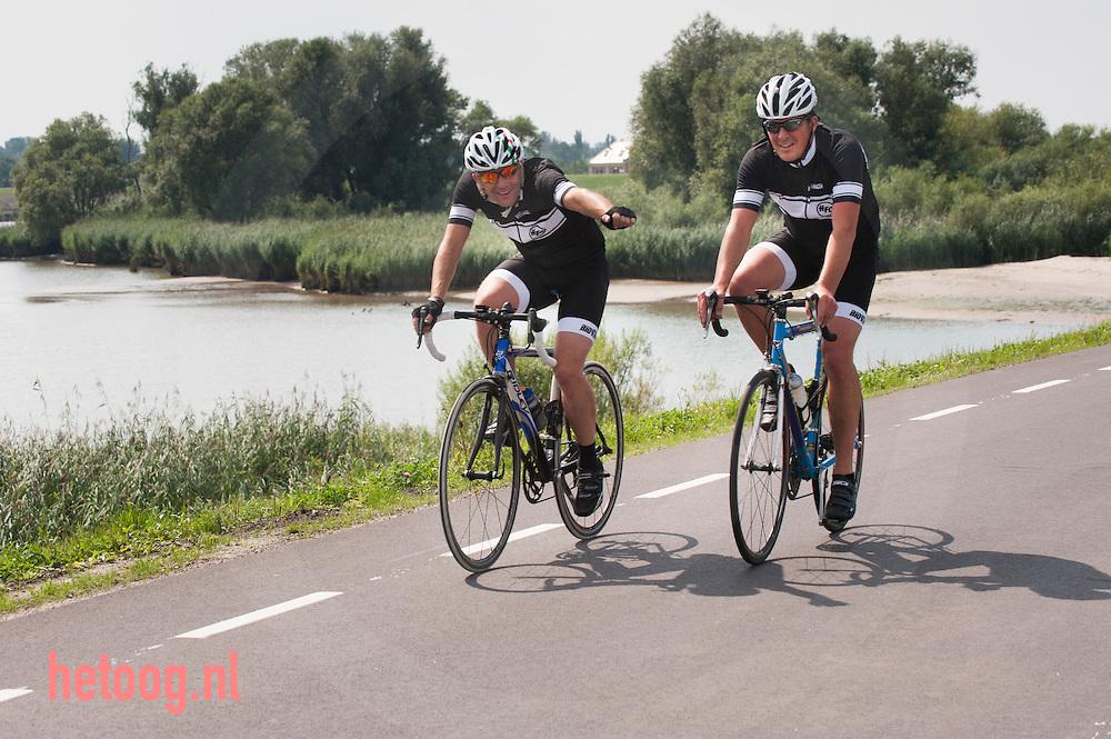 The Netherlands, Nederland 19aug2015 fietsers op de Lekdijk west, schoonhoven krimpenerwaard