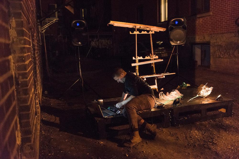 JONATHAN PARANT<br /> CLOWN TRAGIQUE: LE TR&Ocirc;NE VIDE. La Sala Rossa<br /> Stationnement