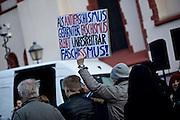 Frankfurt am Main | 30 Mar 2015<br /> <br /> Am Montag (30.03.2015) demonstrierten etwa 40 Menschen unter dem Namen &quot;Freie B&uuml;rger f&uuml;r Deutschland&quot; auf dem R&ouml;merberg in Frankfurt am Main gegen Islamisierung und zahlreiche andere &Uuml;bel, die Gruppe war zuvor unter dem Namen &quot;PEGIDA&quot; aufgetreten. Etwa 600 Menschen protestierten lautstark gegen diese Kundgebung.<br /> Hier: &quot;Freie B&uuml;rger f&uuml;r Deutschland&quot;-Demonstrant mit einem Plakat mit der Aufschrift &quot;Als Antifaschismus getarnter Faschismus bleibt unbestreitbar Faschismus&quot;.<br /> <br /> &copy;peter-juelich.com<br /> <br /> [No Model Release | No Property Release]