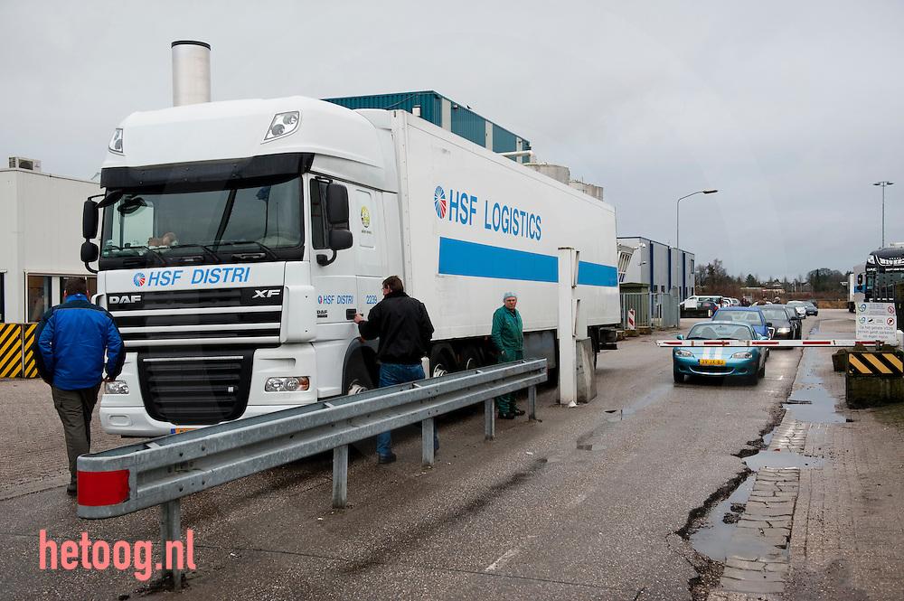 Nederland, groenlo 18jan2011 boze twentsche varkenshouders blokkeren de poort van slachterij VION in Groenlo om een betere prijs voor varkensvlees af te dwingen. Actie georganiseerd door NVV, vakbond voor varkenshouders (afsplising van LTO) foto: Cees Elzenga/HH