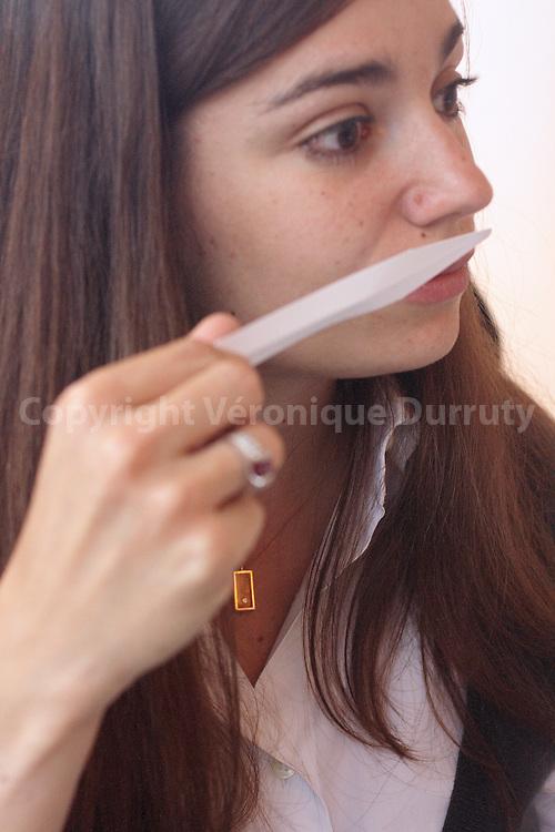 Marie Salamagne is smelling a blotter  with a new trial. Marie Salamagne sent une mouillette avec un nouvel essai.