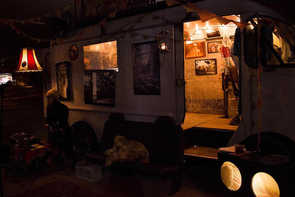 JULIE DELORME, CHLO&Eacute; SURPRENANT<br /> CARTES POSTALES DE 2 FILLES ET 1 TRUCK<br /> CHAMP DES POSSIBLES<br /> Mardi 21 octobre 2014 19h00<br /> Julie Delorme<br /> Chlo&eacute; Surprenant<br /> Exposition sonore et visuelle dans un camion