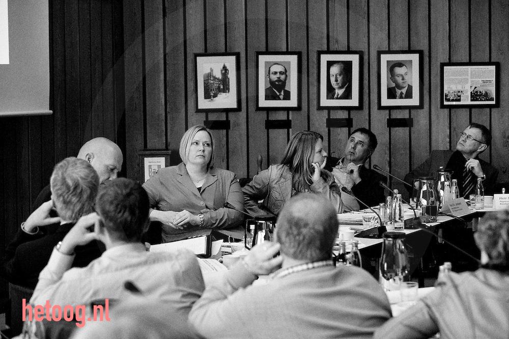 Duitsland, deutschland, 5mei2014 Bürgermeisterin / burgemeester Sonja Jürgens (Rood jasje) tijdens een bijzondere extra gemeenteraadsvergadering in het duitse Gronau over de olielekkage in het nabijgelegen Epe. In het zo geheten natuurgebiet Amtsvenn lekt olie uit een zoutcaverne. De olie is daar opgeslagen als strategische vooraad maar heeft nu de omgeving verontreinigd. foto Cees Elzenga /Hollandse-Hoogte