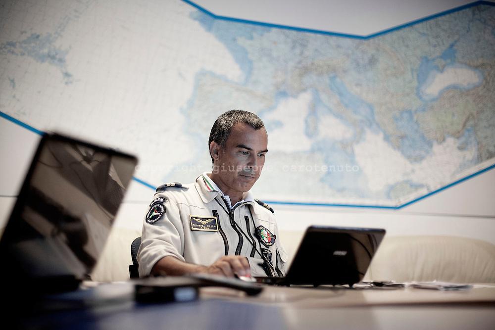 ROMA. UN PILOTA DELLA FLOTTA AEREA CANADAIR CL-415 DELLA PROTEZIONE CIVILE ATTENDE NELLA SALA PILOTI LA CHIAMATA PER UNA  MISSIONE DI VOLO