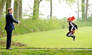 ENS - Koning Willem-Alexander geeft met een fluittje het startsein voor de Koningsspelen van de drie basisscholen Het Lichtschip, De Horizon en De Regenboog in Ens. COPYRIGHT ROBIN UTRECHT