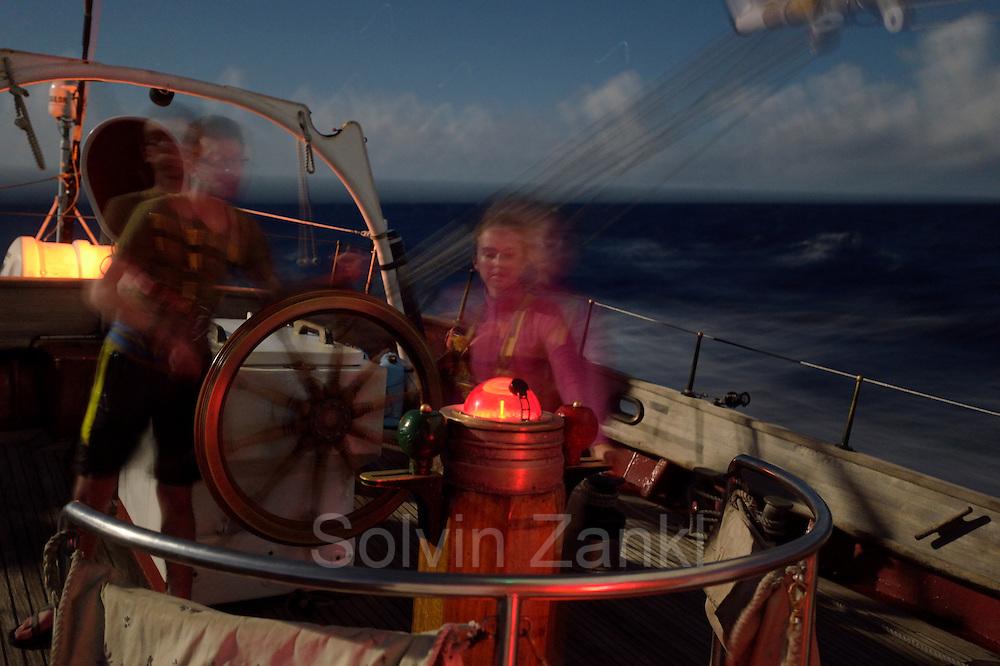 Night sail - Corwith Cramer is a 134-foot steel brigantine built as a research vessel for operation under sail. Sargasso Sea, Bermuda | Nachts wird nur gedimmtes rotes licht an Deck verwendet, um die Augen sich an die dunkelheit gewöhnen zu lassen. Der Forschungssegler Corwith Cramer durchquert im April 2014 die Sargasso See von Puerto Rico kommend bis zu den Bermuda Inseln.