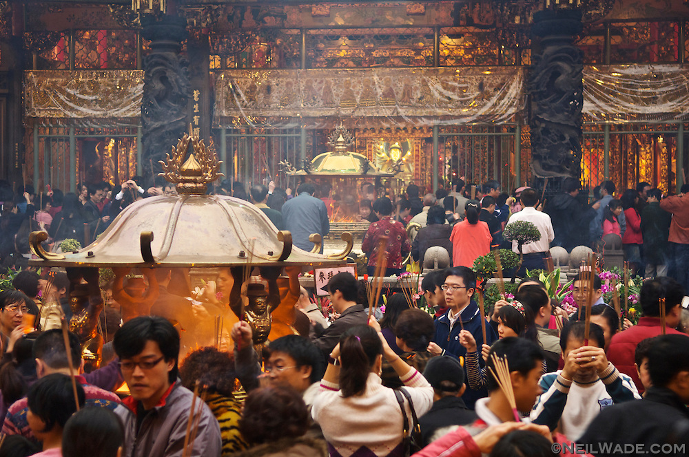 Throngs of Buddhists and Daoists pack Longshan Temple in Taipei on Chinese Lunar New Year 2007.
