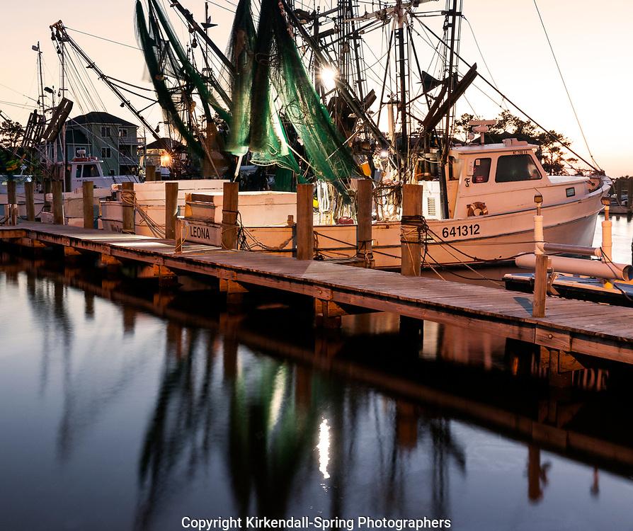 NC00853-00...NORTH CAROLINA - Boats docked at Harkers Island Harbor.