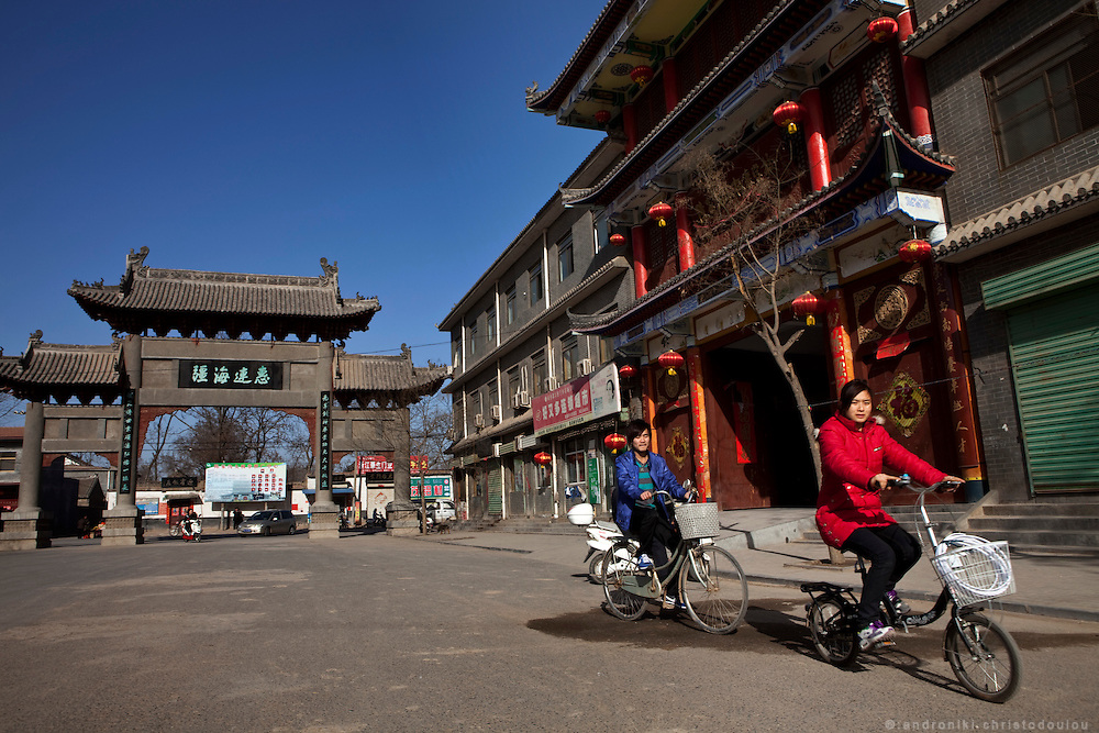Street scene in front of the gate (right) of the Chenjiagou Taijiquan School, in Chenjiagou village.