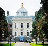 29-9-2014 DEN HAAG - Een verhuis vrachtwagen staat voor de deur van Huis ten Bosch de plek waar koning willem alexander en koningin maxima gaan wonen . Huis ten Bosch , Het Rijksvastgoedbedrijf treft voorbereidingen voor groot onderhoud en renovatie van paleis Huis ten Bosch in Den Haag. Het gaat vooral om het aanpassen van zeer verouderde technische installaties (elektra, water, brandveiligheid), het verbeteren van de beveiliging en het verwijderen van asbest en houtrot. Ook is renovatie van gevels, daken en binnenwerk nodig. Het werk zal starten in 2015 en tot in 2017 duren. De kosten bedragen zo'n 35 miljoen euro. COPYRIGHT ROBIN UTRECHT