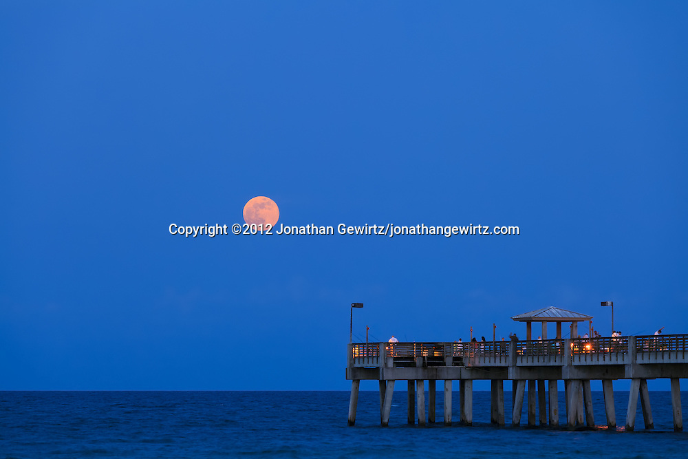 Moonrise at dania pier jonathan gewirtz for Miami fishing piers