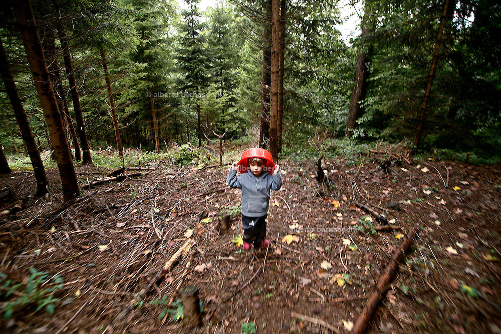 Svizzera, San Gallo, asilo nel bosco , I giochi pre-fabbricati in genere non esistono; &egrave; la natura a offrire gli strumenti per il gioco, sviluppando tutti i sensi del bambino, che &egrave; libero di scieglere con cosa e con chi relazionarsi.  <br /> <br /> Switzerland, St. Gallen, kindergarten in the wood. Children are free to run and enjoy in the wood no matter cold or snow.<br />  It happens in switzerland, but the idea took place in Germany. <br /> Why children can't spend part of their childhood free from ordinary toys and outside in the country?<br /> In these Kindergarten children from 3 to 9 don't have a proper kindergarten with concrete walls and barbies or lego as toys. They spend all the time in the bush, playing with mud and three brunches and seeds, mushrooms, leaves and whatever the nature can offer. They learn how to use knives and saws in order to build their own toys and  run free whenever they feel like.<br /> No matter the weather,if it's too cold they learn how to light a fire ( in winter the temperature can reach -8&deg; degrees), there is just a little hut ( they are in charge to keep it clean) for hard rain.