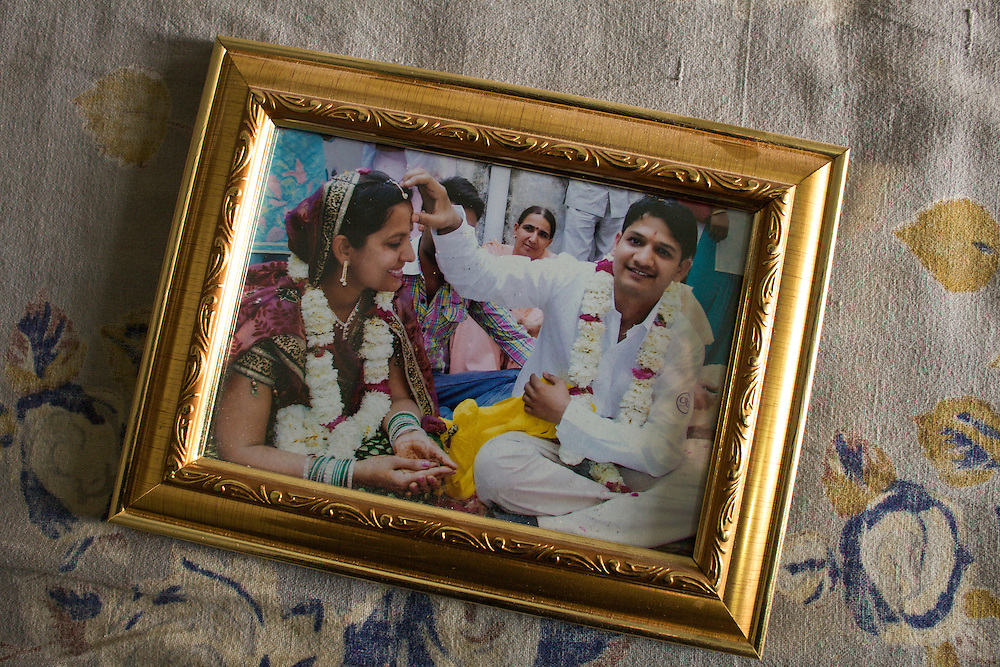 Manoj and Mukesh the day of their wedding. They live in Rohtak. and married for love two years ago. They have been fighting against Mukesh's family for five years. Also, due to this situation, she developed a mental disease that is being treated with medicine. Manoj is still trying to communicate with Mukesh's sisters ( without saying them the place where they're living now ) His goal is to be able to obtain acceptance their relationship to the family but it is very unlikely that this can happen, since they do not speak with her daughter from over five years.