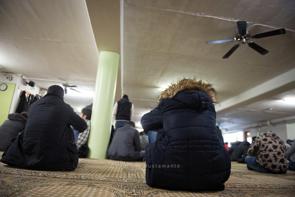 Das Islamische Zentrum Al-Nour, auch bekannt als Al-Nour Moschee, wurde 1993 gegr&uuml;ndet und ist seitdem<br /> im Stadtteil St. George zuhause. Die Al-Nour Moschee grenzt sich zu den meisten anderen islamischen Gemeinden<br /> durch die kulturelle Vielfalt seiner Besucher, sie stammen aus &uuml;ber 30 Nationen, ab. Die T&uuml;ren der Al-Nour<br /> Moschee stehen immer f&uuml;r Besucher offen. Veranstaltungen wie Vortr&auml;ge u.v.m. werden direkt in deutscher<br /> Sprache gehalten, oder ins Deutsche &uuml;bersetzt.
