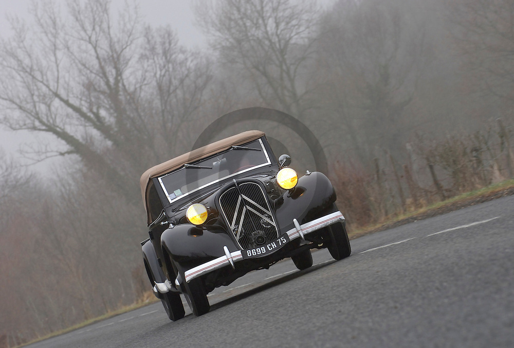04/02/07 - BILLOM - PUY DE DOME - FRANCE - Comparatif CITROEN Traction 7 Cabriolet de 1937 et BERLIET Cabriolet 1144 de 1938. CITROEN Traction Cabriolet - Photo Jerome CHABANNE