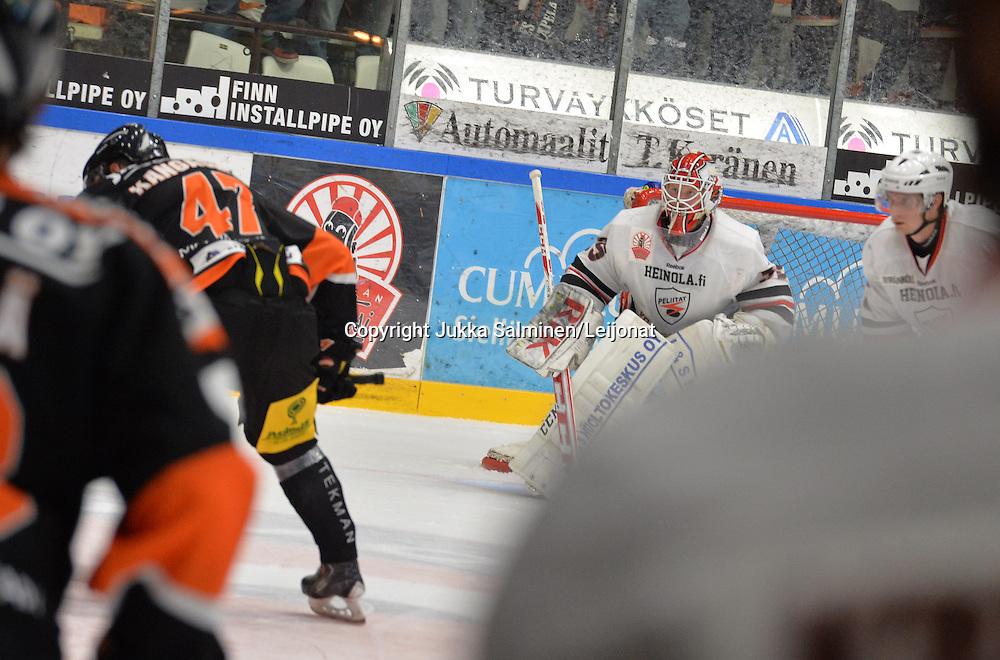 Mestiksessä KooKoo pelasi kauden ensimmäisen kotiottelunsa perjantaina 12.9.2014. Vieraana olivat Peliitat, ottelua edelsi mestaruusviirin nosto.