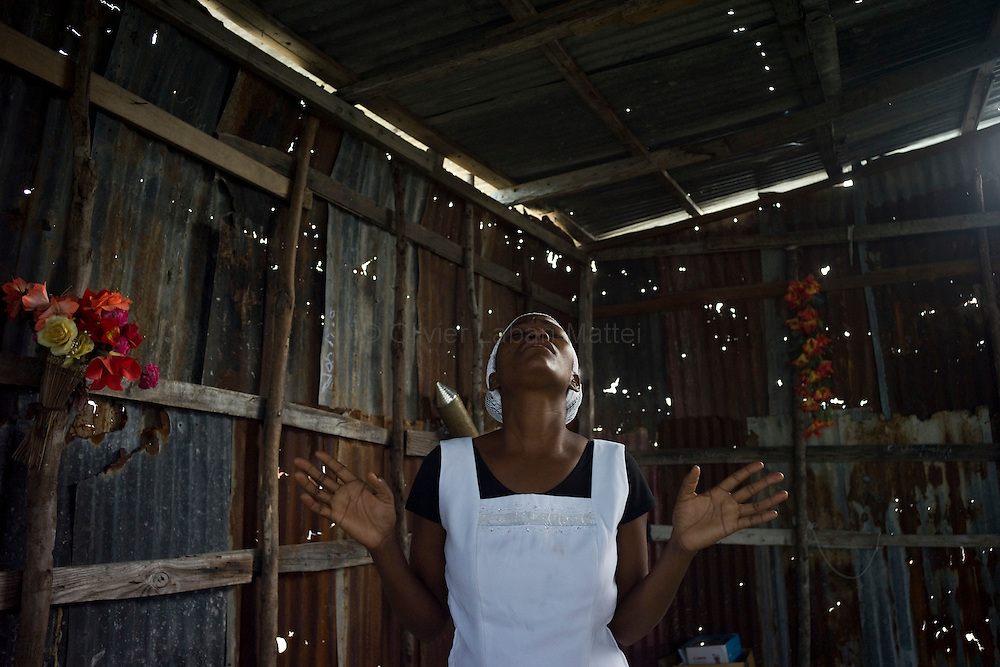 The number of cholera victims in Cité Soleil, a slum of Port-au-Prince, is increasing day by day exponentially, according to a doctor of Doctors Without Borders, esentially because of hygienic problems.///A woman prays in a church made with sheet metal, in the slum of Cite Soleil in Port-au-Prince.