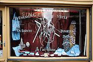 25 mars 2016: Les commercants de la ville d'Argenteuil participent à leur façon à l'ostention de la Sainte Tunique. Argenteuil, 95. France.