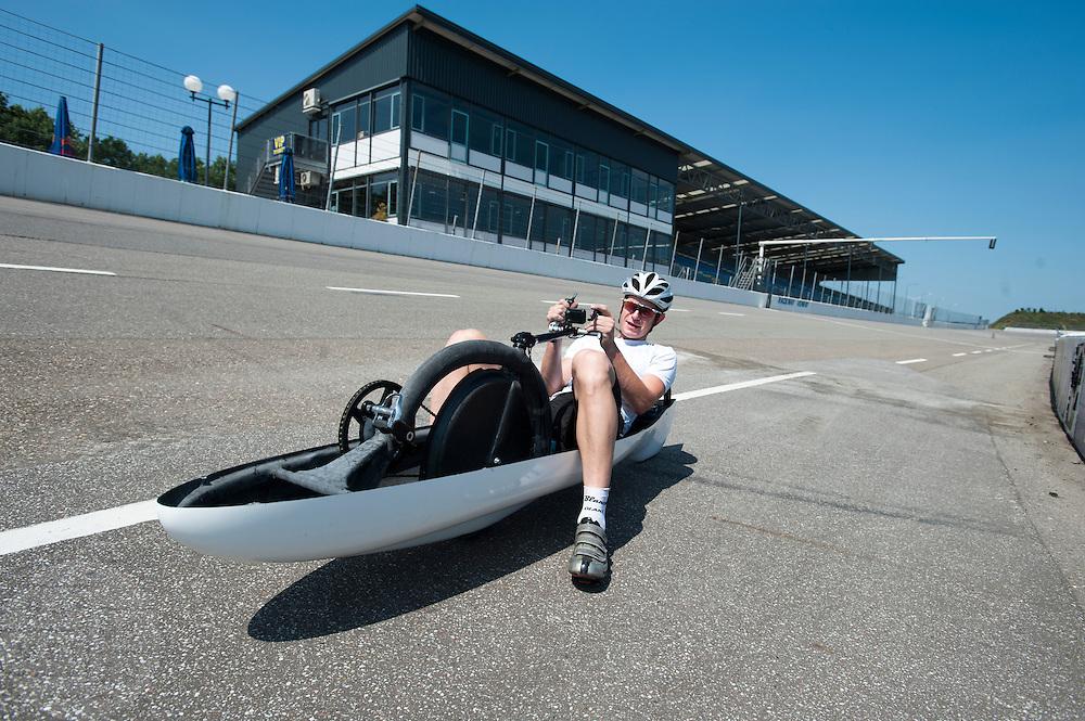 Op de Race Away baan bij Venray rijdt oud-schaatser Jan Bos de eerste meters in de fiets waarmee hij in september het wereldrecord snelfietsen wil verbreken. Dat staat nu op 133 km/h. In 2012 reed Bos voor het Human Powered Team Delft en Amsterdam.<br /> <br /> At the Race Away track near Venray former skater Jan Bos is riding the new bike with which he want to break the world record cycling. The current speed record is 133 km/h. In 2012 Bos was riding for the  Human Powered Team Delft and Amsterdam.