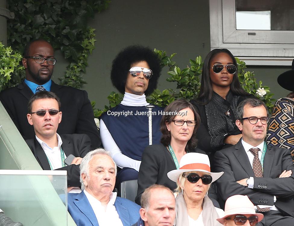 French Open 2014, Roland Garros,Paris,ITF Grand Slam Tennis Tournament,<br /> Musiker,Kuenstler Prince als Zuschauer auf der Tribuene auf dem Centre Court,Promi,VIP,Halbkoerper,Querformat,
