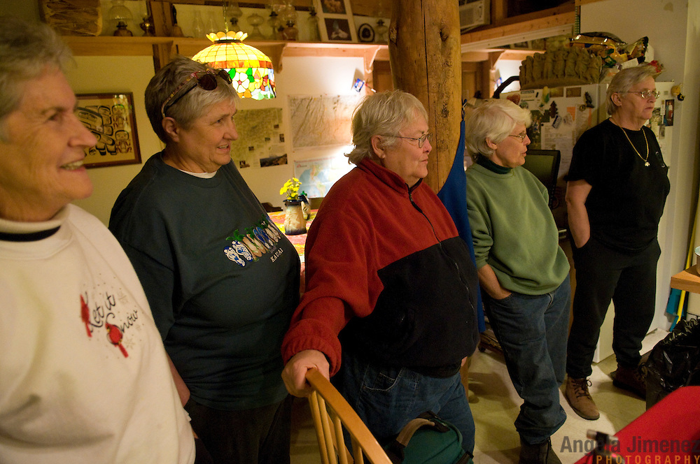 """Date: 1/08/09.Desk: STL.Slug: WOMYN.Assign ID: 30074969A..Women gather for a potluck dinner at Alapine, a """"womyn's land"""" or lesbian intentional community, in rural northeast Alabama. Pictured are, from left, Jean Adele, 72, Barbara Moore, 63, Winnie Adams, 66, Emily Greene, 62, and Rand Hall, 63. ..(*the exact town/location of the community cannot be revealed in the caption or article, per agreement with the subjects)..Photo by Angela Jimenez for The New York Times .photographer contact 917-586-0916"""