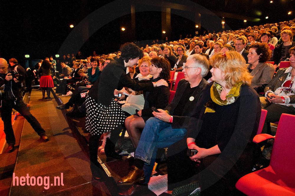 nedrland,utrecht 05feb2011 Femke Halsema feliciteert Jolande Sap met haar fractie voorzitterschap. congres van groen links in utrecht met moties en stemmingen over de politie missie naar afghanistan en het bepalen van de lijst voor de eerste kamer