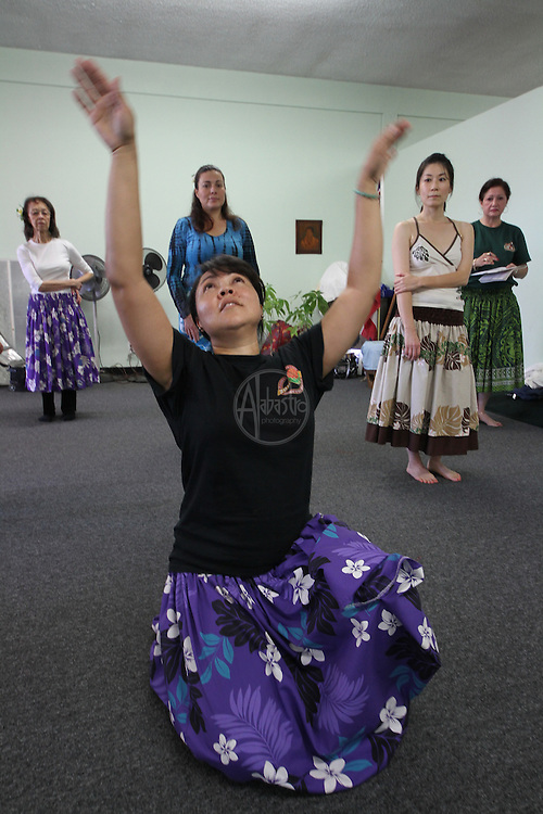 Cyril Pahinui rehearses with Hula Halau 'O Lilinoe workshop students during the SoCal Slack Key Festival weekend.