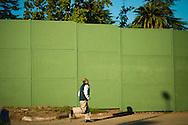 cierre perimetral es una serie de imagenes urbanas que muestran como el desarrollo y las nuevas construcciones van desfigurando el paisaje cotidiano, transformando la postal urbana en un monotono escenario de paneles de madera aglomerada.
