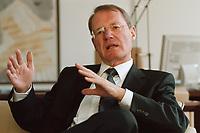 13 JAN 2000, BERLIN/GERMANY:<br /> Hans-Olaf Henkel, Pr&auml;sident des Bundesverbandes der Deutschen Industrie, BDI, w&auml;hrend einem Interview in seinem B&uuml;ro<br /> Hans-Olaf Henkel, President of the Federalassociation of the German Industrie, during an interview, in his office<br /> IMAGE: 20000113-01/01-07