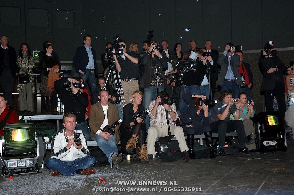 NLD/Amsterdam/20060125 - Modeshow Erny van Reijmersdal 2005, fotografen, media, camera, pers
