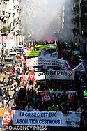 Près de 300 000 personnes sont venus manifestés contre la politique de Sarkozy. Leur revendication porte sur le désequilibre d'aide en faveur du secteur privé. La suppression de la publicité sur les chaines audiovisuelles publiques illustre l'exemple parfait.