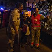 Des secouristes s'occupent des blessés, le 13 novembre 2015 boulevard des Filles du Calvaire à Paris, à proximité de la salle du Bataclan dans laquelle se déroule au même moment une attaque terroriste.