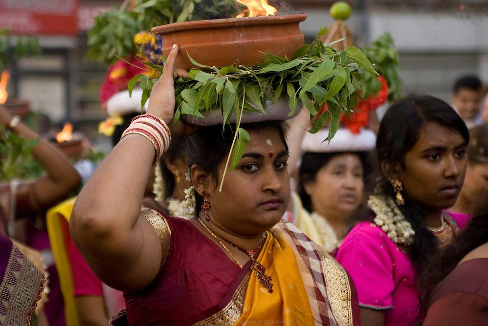 Grand d&eacute;file du char de Ganesh pour l'anniversaire du Dieu &agrave; t&ecirc;te d&rsquo;&eacute;l&eacute;phant qui l&egrave;ve les obstacles et apporte la prosp&eacute;rit&eacute;. Les femmes portent des pots de camphre enflamm&eacute; sur la t&ecirc;te.<br /> <br /> Ganesh parade in honnor of the god with an elephant head birthday, known to remove obstacles and bring prosperity.