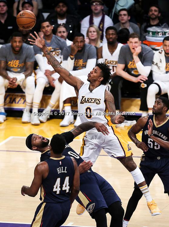 3月5日,杉矶湖人队球员尼克 - 杨(中)在比賽中上篮。 当日,在2016-2017赛季NBA常规赛中,洛杉矶湖人队主场以97比105不敌新奥尔良鹈鹕队。 新华社发 (赵汉荣摄)New Orleans Pelicans defeats Los Angeles Lakers 97-105 during an NBA basketball game Tuesday, March 5, 2017, in Los Angeles. (Photo by Ringo Chiu/PHOTOFORMULA.com)<br /> <br /> Usage Notes: This content is intended for editorial use only. For other uses, additional clearances may be required.