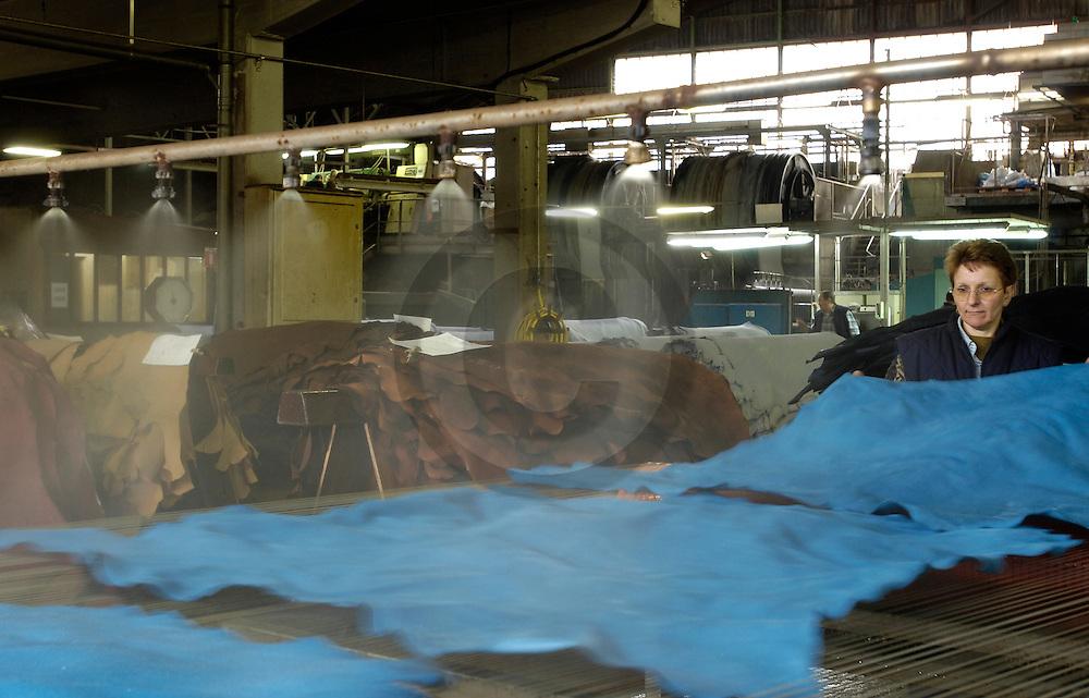 18/04/05 - ANNONAY - ARDECHE - FRANCE - Humidification de la peau au Tannerie d Annonay - Photo Jerome CHABANNE