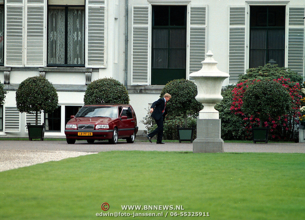 Koninginnedag 1997 Juliana en Christina op Soestdijk, Willem - Alexander arriveert