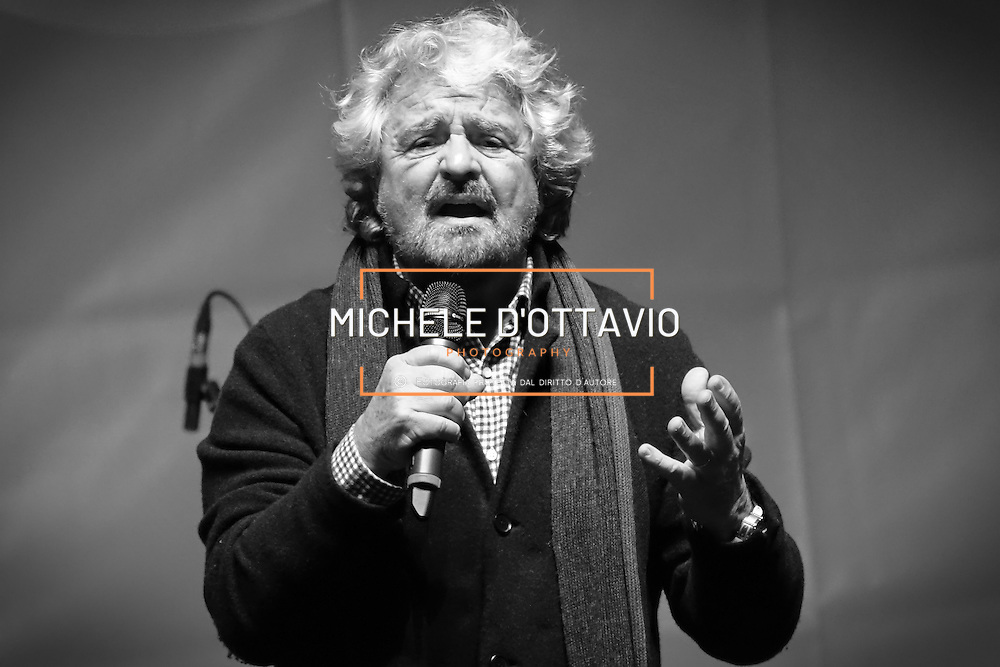 Beppe Grillo il piazza San Carlo a Torino, nel corso della manifestazione di chiusura della campagna elettorale del M5S per il Referendum Costituzionale. 2 dicembre 2016