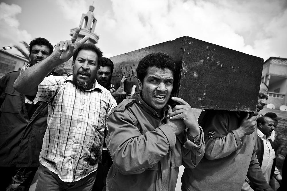 Des combattants rebelles enterrent le corps de Whalid Zidane (34 ans, chauffeur de taxi et combattant rebelle tué le 31 mars 2011 sur la ligne de front entre Aj Dabiya et Brega) lors de funérailles dans la ville de Koueffia, dans la banlieue de Benghasi.