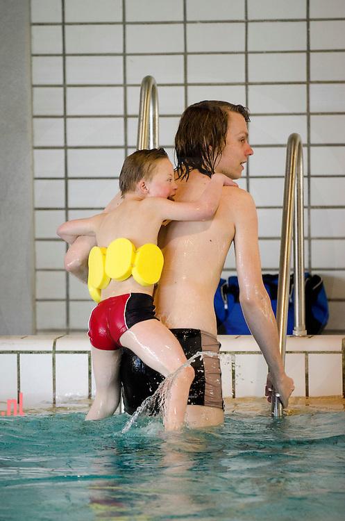 Nederland, raalte, 7april2012 therapeutisch zwemmen bij Savas in Raalte Vrijwilligers aan het werk in het zwembad bij artikel Martijn Reinink